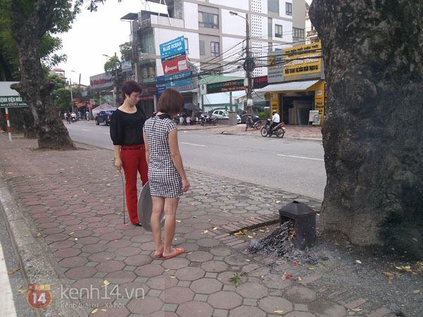 """Phố Hà Nội nghi ngút khói vì đốt vàng mã trong ngày """"Xá tội vong nhân"""" 6"""