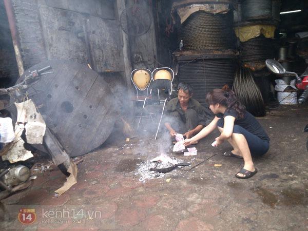 """Phố Hà Nội nghi ngút khói vì đốt vàng mã trong ngày """"Xá tội vong nhân"""" 1"""