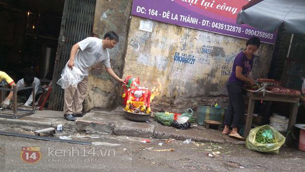 """Phố Hà Nội nghi ngút khói vì đốt vàng mã trong ngày """"Xá tội vong nhân"""" 3"""