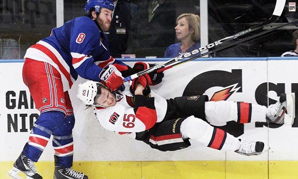"""Những """"trận chiến"""" đẫm máu trên sân băng Hockey"""