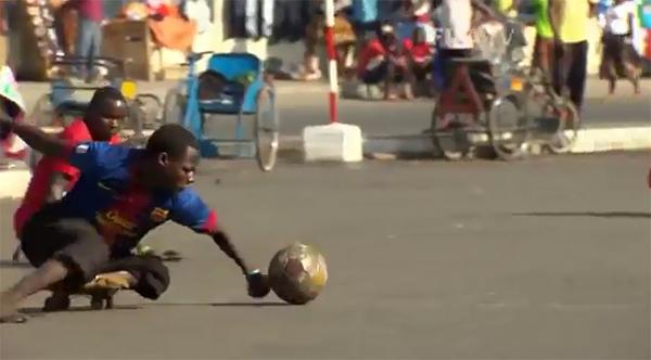 """Ấn tượng với môn """"bóng đá ván trượt"""" của người khuyết tật 2"""