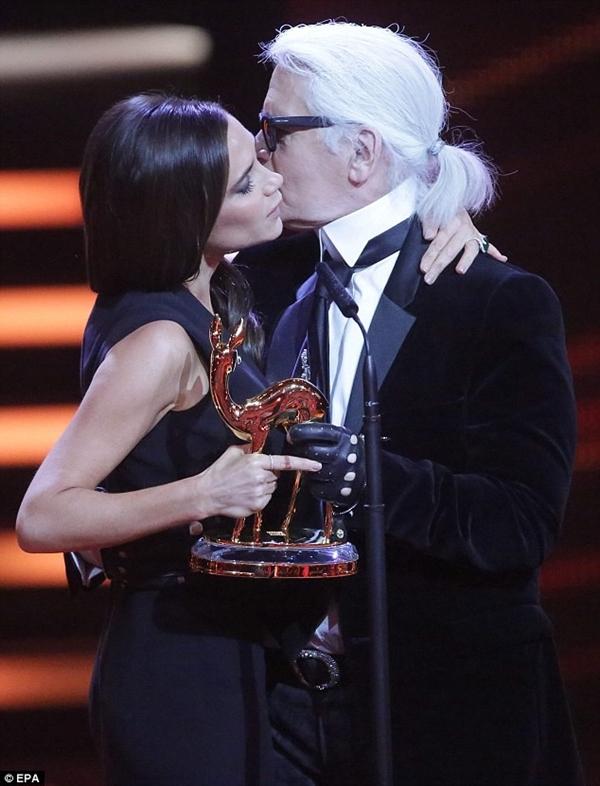 Bà xã Beckham nhảy múa ăn mừng giải thưởng trên... giường 5