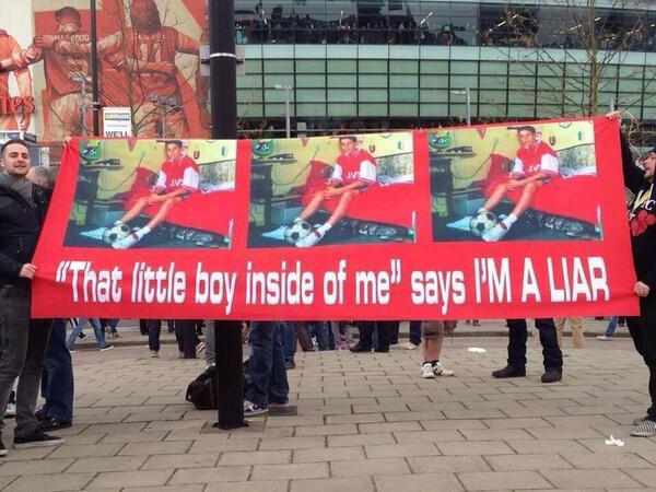 Fan Arsenal trưng biểu ngữ tố Van Persie là kẻ dối trá 1