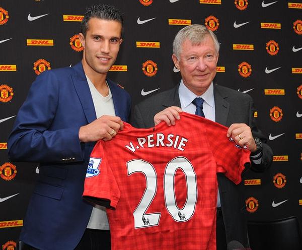 Fan Arsenal trưng biểu ngữ tố Van Persie là kẻ dối trá 2