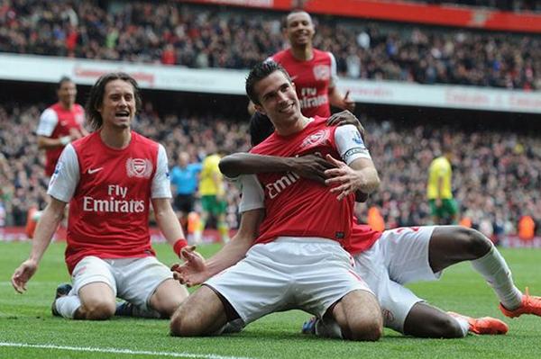 Fan Arsenal trưng biểu ngữ tố Van Persie là kẻ dối trá 3