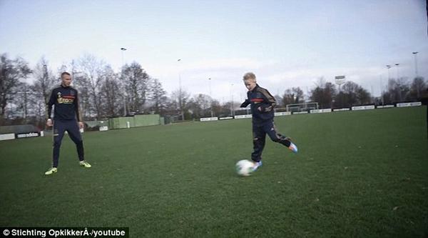 Cảm động: Clip cậu bé mắc bệnh hiểm nghèo được thực hiện ước mơ thi đấu cho Ajax 1