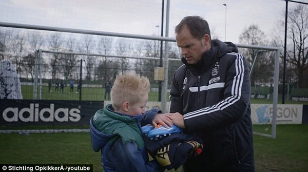 Cảm động: Clip cậu bé mắc bệnh hiểm nghèo được thực hiện ước mơ thi đấu cho Ajax 2