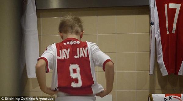 Cảm động: Clip cậu bé mắc bệnh hiểm nghèo được thực hiện ước mơ thi đấu cho Ajax 5