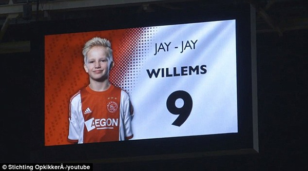 Cảm động: Clip cậu bé mắc bệnh hiểm nghèo được thực hiện ước mơ thi đấu cho Ajax 6
