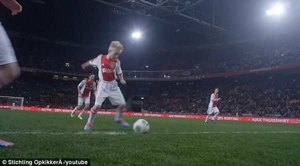 Cảm động: Clip cậu bé mắc bệnh hiểm nghèo được thực hiện ước mơ thi đấu cho Ajax 7