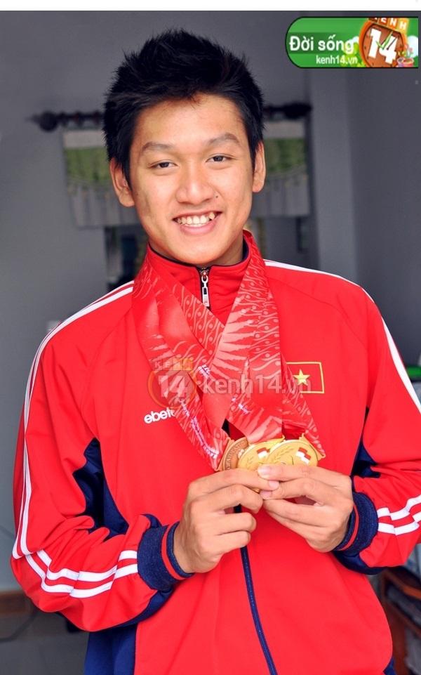 """""""Hot boy bơi lội"""" Hoàng Quý Phước vinh dự cầm cờ cho đoàn thể thao Việt Nam 5"""