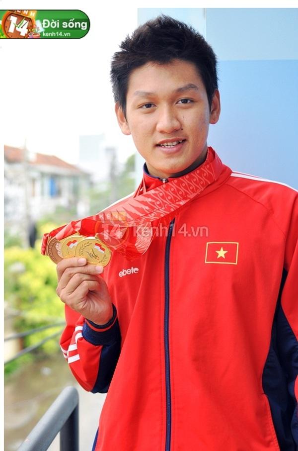 """""""Hot boy bơi lội"""" Hoàng Quý Phước vinh dự cầm cờ cho đoàn thể thao Việt Nam 2"""
