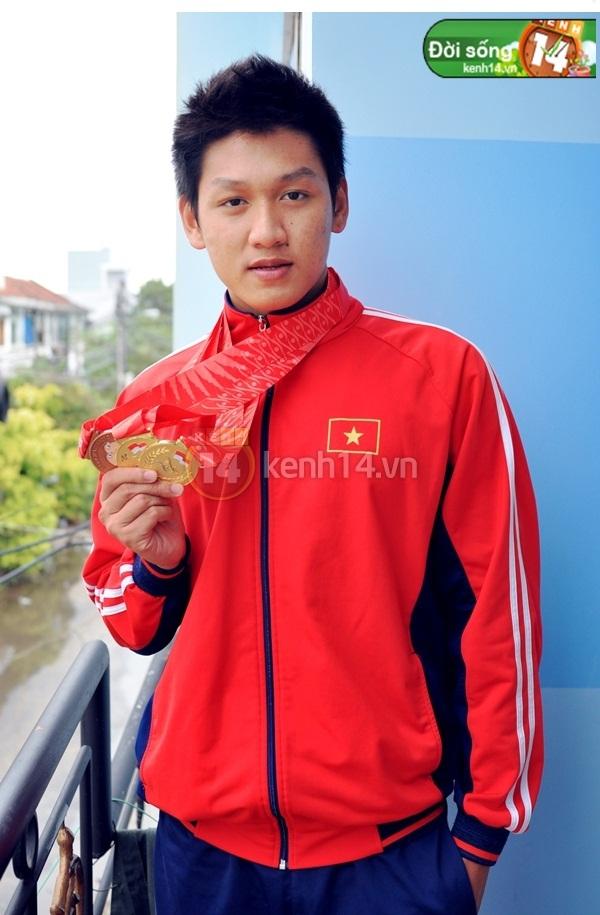 """""""Hot boy bơi lội"""" Hoàng Quý Phước vinh dự cầm cờ cho đoàn thể thao Việt Nam 4"""
