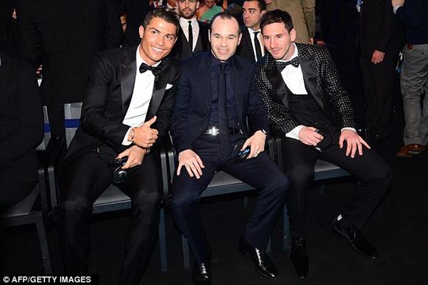 """Ronaldo vượt qua Messi để giành danh hiệu """"Cầu thủ của năm"""" 2"""