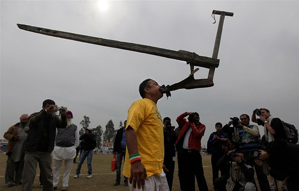 """Lái xe bằng thang, đua bò... và các môn thể thao cực """"dị"""" tại Ấn Độ 7"""