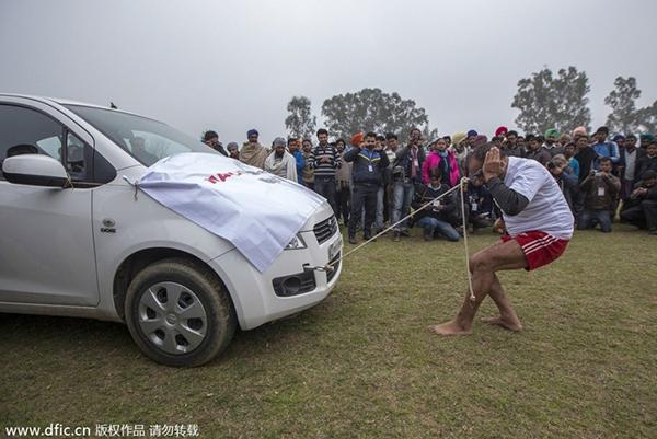 """Lái xe bằng thang, đua bò... và các môn thể thao cực """"dị"""" tại Ấn Độ 11"""