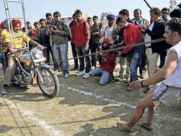 """Lái xe bằng thang, đua bò... và các môn thể thao cực """"dị"""" tại Ấn Độ 9"""