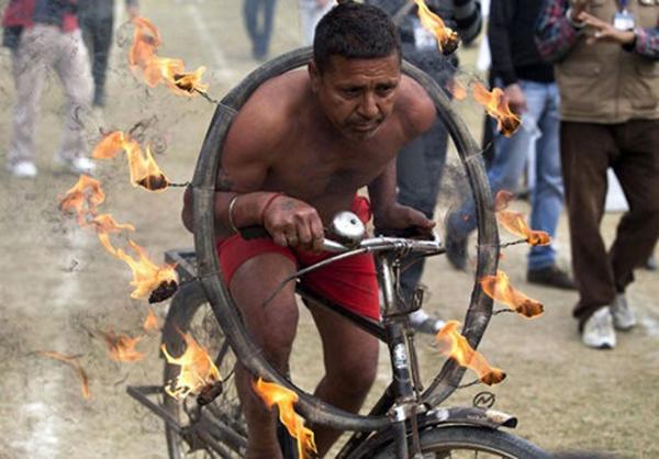 """Lái xe bằng thang, đua bò... và các môn thể thao cực """"dị"""" tại Ấn Độ 14"""