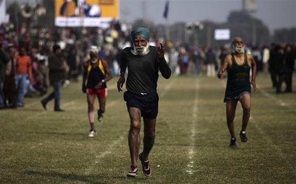 """Lái xe bằng thang, đua bò... và các môn thể thao cực """"dị"""" tại Ấn Độ 25"""