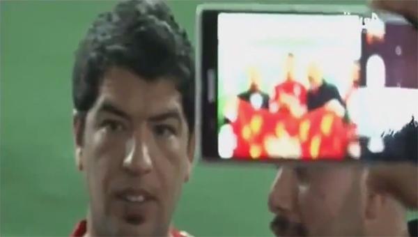 """Ngỡ ngàng với fan Liverpool giống """"y đúc"""" Suarez 4"""