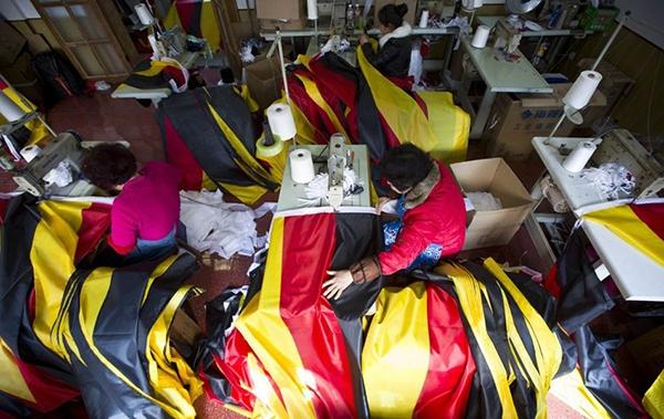 Trung Quốc bận rộn sản xuất cờ, linh vật cho World Cup 2014 1