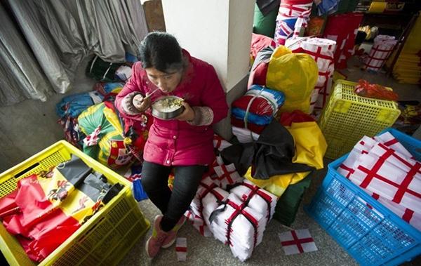 Trung Quốc bận rộn sản xuất cờ, linh vật cho World Cup 2014 2