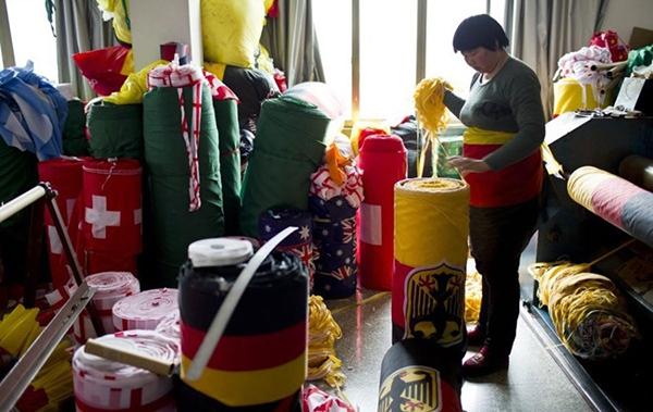 Trung Quốc bận rộn sản xuất cờ, linh vật cho World Cup 2014 4