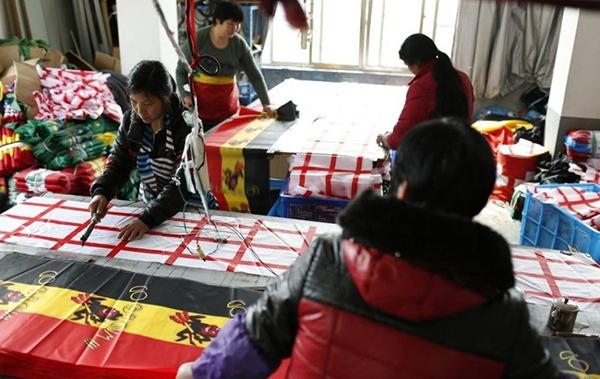 Trung Quốc bận rộn sản xuất cờ, linh vật cho World Cup 2014 5