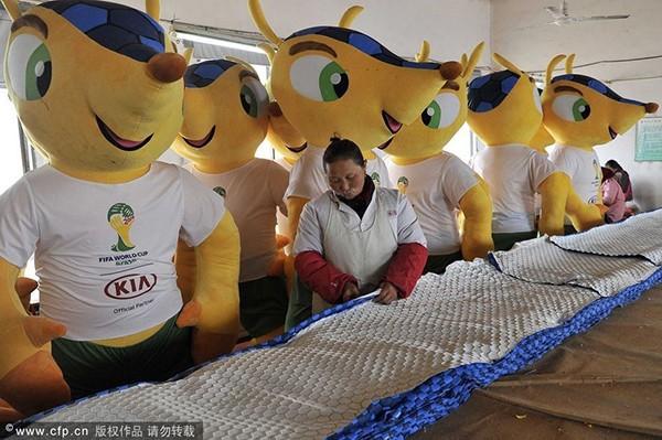 Trung Quốc bận rộn sản xuất cờ, linh vật cho World Cup 2014 7