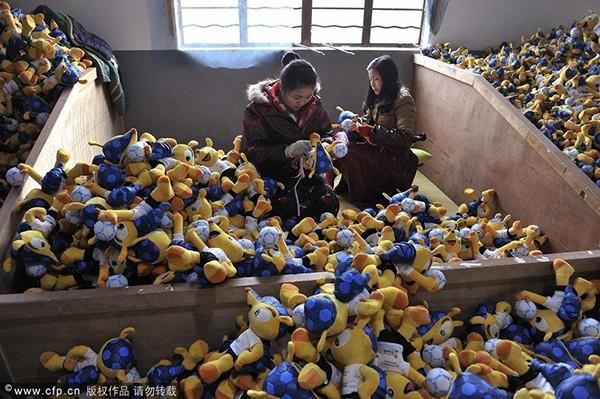 Trung Quốc bận rộn sản xuất cờ, linh vật cho World Cup 2014 8