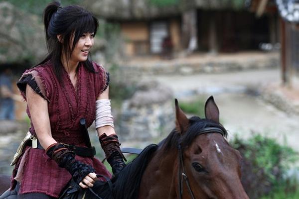 Ha Ji Won thương tích đầy mình vì làm Hoàng hậu 4