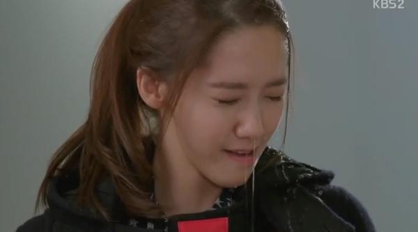 Da Jung (Yoona) bị tạt nước ướt nhẹp 1