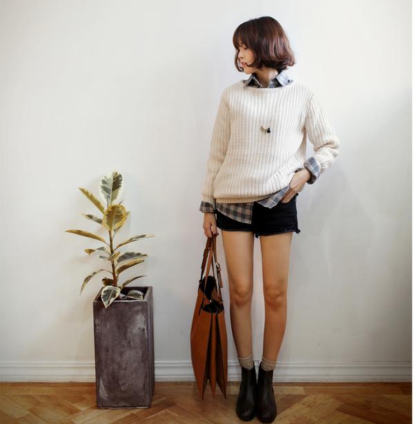 Xinh xắn ngày giao mùa với những cách mix áo len cổ tròn trendy 9