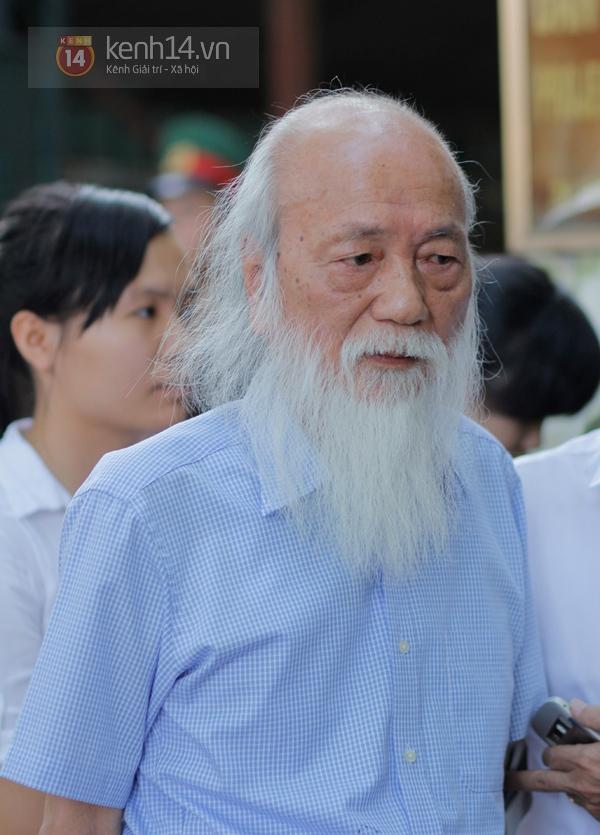 76 tuổi, thầy giáo Văn Như Cương lặng lẽ xếp hàng chờ vào viếng Đại tướng 2