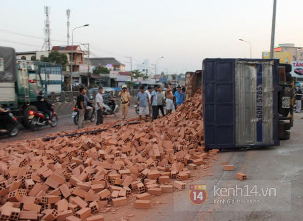 """Lật xe tải chở gạch ở Biên Hòa, dân không """"hôi của"""" mà giúp tài xế thu dọn 1"""
