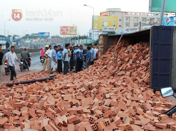 """Lật xe tải chở gạch ở Biên Hòa, dân không """"hôi của"""" mà giúp tài xế thu dọn 2"""