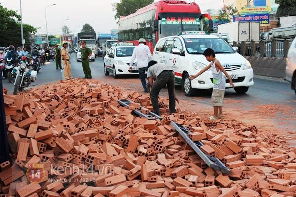 """Lật xe tải chở gạch ở Biên Hòa, dân không """"hôi của"""" mà giúp tài xế thu dọn 3"""