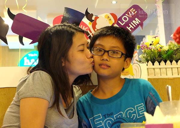 """Quán ăn khuyến mãi """"kỳ lạ"""", người Sài Gòn ùn ùn kéo đến... hôn nhau 5"""