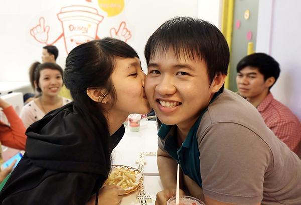 """Quán ăn khuyến mãi """"kỳ lạ"""", người Sài Gòn ùn ùn kéo đến... hôn nhau 7"""