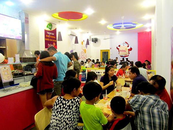 """Quán ăn khuyến mãi """"kỳ lạ"""", người Sài Gòn ùn ùn kéo đến... hôn nhau 1"""