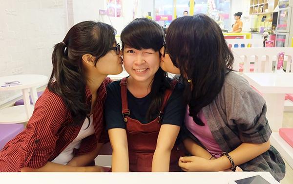 """Quán ăn khuyến mãi """"kỳ lạ"""", người Sài Gòn ùn ùn kéo đến... hôn nhau 8"""