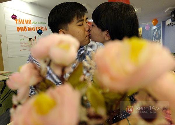 """Quán ăn khuyến mãi """"kỳ lạ"""", người Sài Gòn ùn ùn kéo đến... hôn nhau 10"""