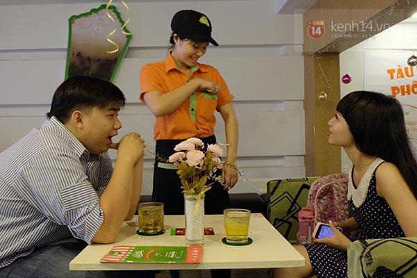 """Quán ăn khuyến mãi """"kỳ lạ"""", người Sài Gòn ùn ùn kéo đến... hôn nhau 3"""