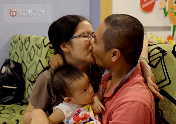"""Quán ăn khuyến mãi """"kỳ lạ"""", người Sài Gòn ùn ùn kéo đến... hôn nhau 12"""