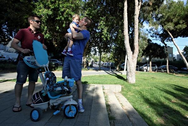 Chùm ảnh: Cuộc sống hạnh phúc của các cặp đồng tính bên con cái 12