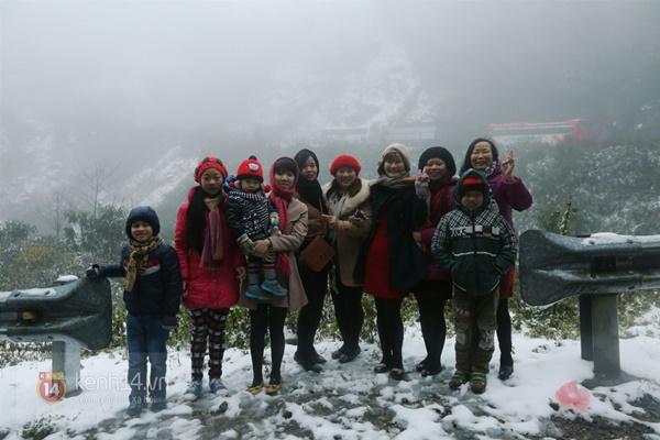 Chùm ảnh: Du khách thích thú chụp ảnh cùng tuyết trắng ở Sa Pa 13