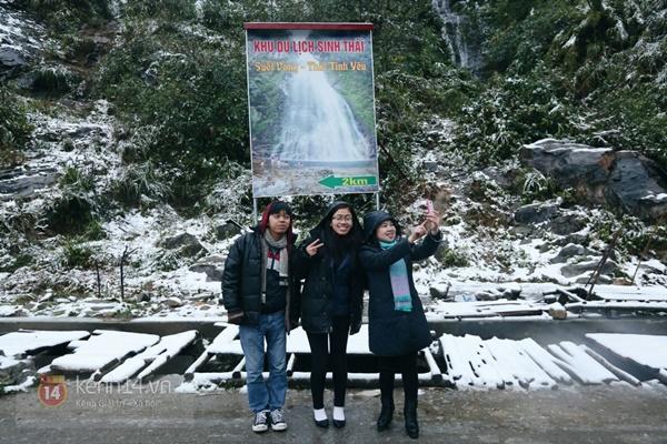 Chùm ảnh: Du khách thích thú chụp ảnh cùng tuyết trắng ở Sa Pa 14