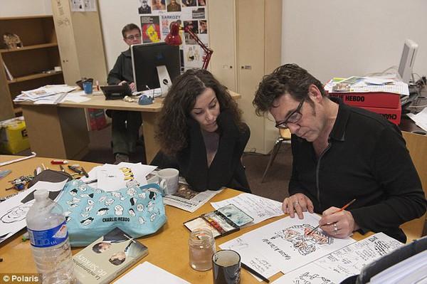Họa sĩ tòa soạn Charlie Hebdo thoát chết do ngủ quên 4