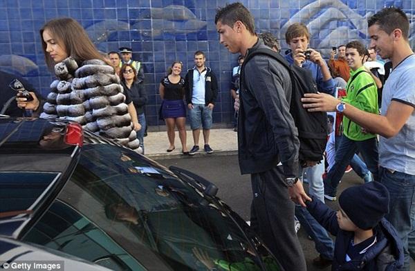 Ronaldo đưa bồ và con riêng đi chơi 5