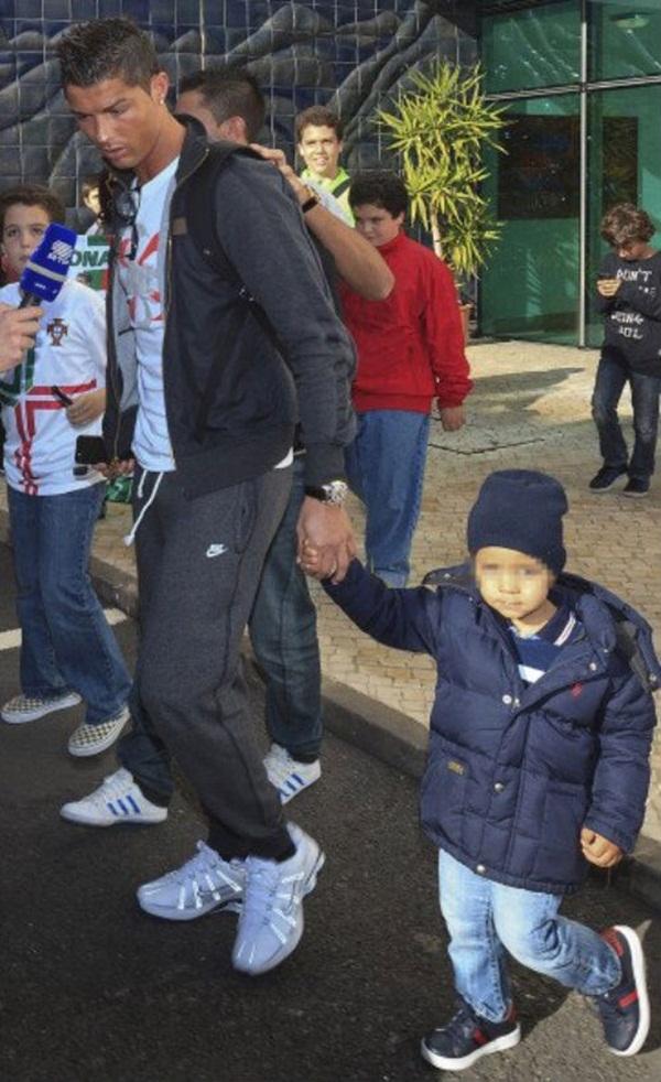 Ronaldo đưa bồ và con riêng đi chơi 3